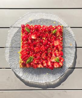 Tarte au carpaccio de fraises, groseilles, éclats de pistaches et menthe