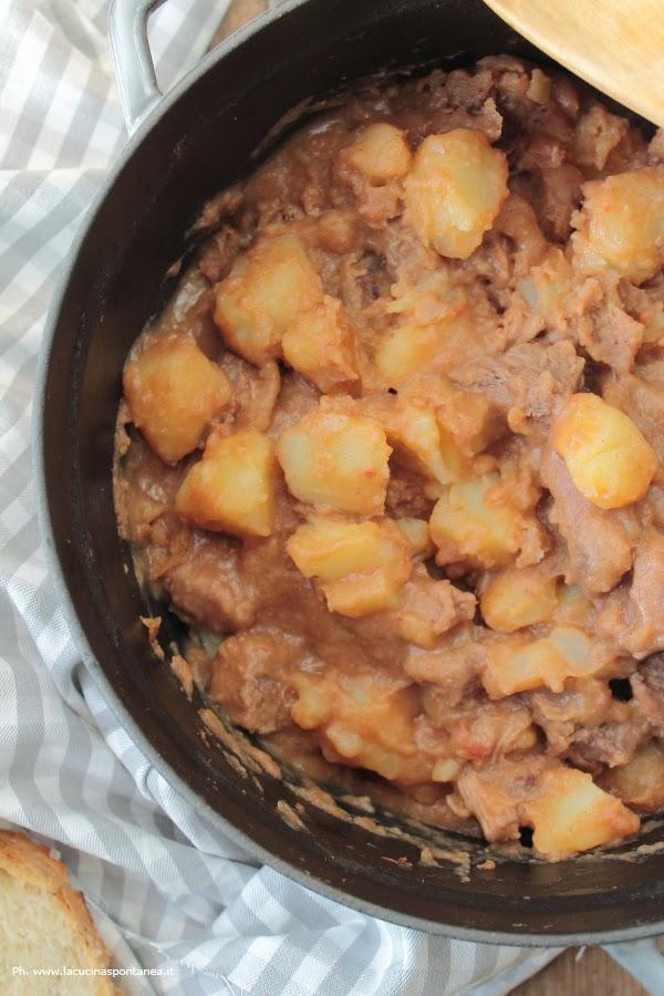 Pentola contenente lo spezzatino di manzo con patate