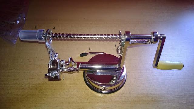 Edelstahl Apfelschäler welcher über eine Kurbel bedient wird.