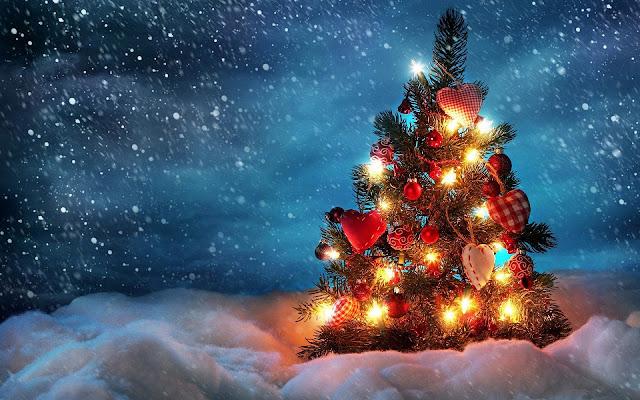 Brandende kerstboom en sneeuw
