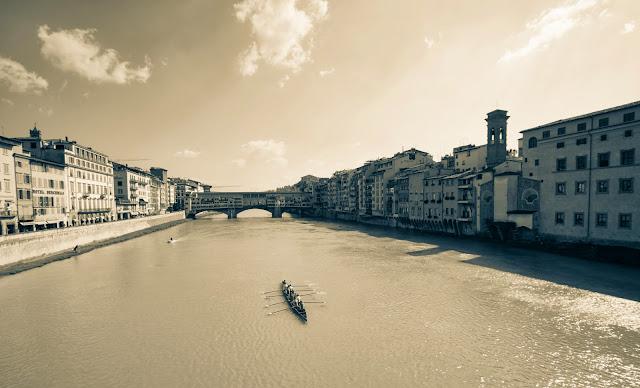 Fiume Arno e ponte vecchio-Firenze