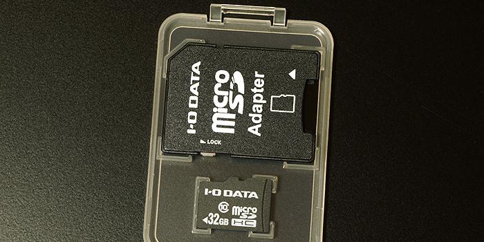 SD変換アダプタとプラスチックケースが付属する