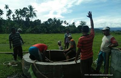 Padat karya adalah sebuah kegiatan pembangunan di desa yang lebih banyak menggunakan tenaga manusia lokal dibandingkan tenaga mesin. Sistem padat karya menjadi fokus yang akan diterapkan dalam pengelolaan dana desa.