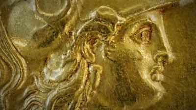 Imagem editada a partir da fotografia de Marie-Lan Nguyen de medalha exposta no Museu do Louvre em Paris, França. Trata-se de um estáter macedônico de ouro com efígie de Atena, c. 323-297 a.C. (Texto publicado originalmente no Facebook em 10 de janeiro de 2014).