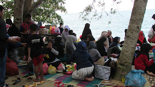 suasana makan-makan arisan di pantai pongkar karimun