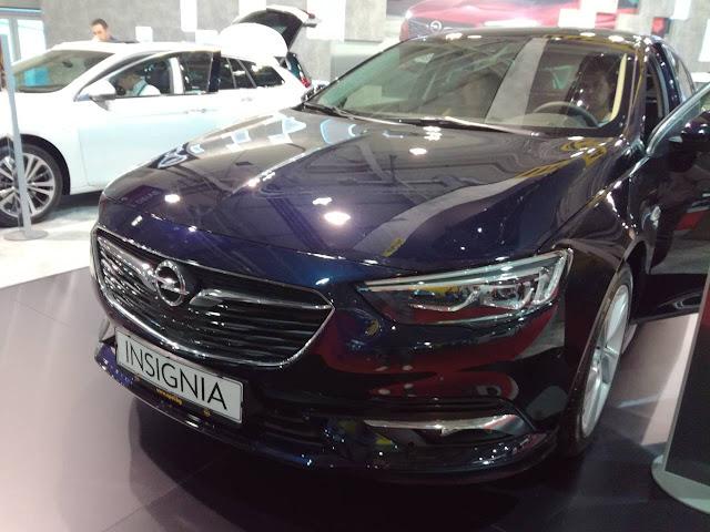 blue 2018 Opel Insignia