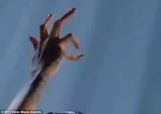 Rihanna's pinky finger at the VMAs