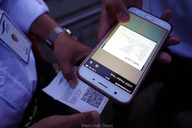 Proses memindai barcode tiket penumpang kapal menggunakan aplikasi