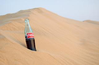 menikmati coca cola minuman paling segar pada musim panas