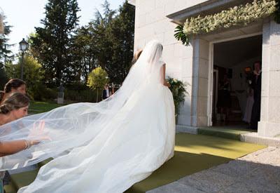 Entrada novia vestido cola espectacular boda