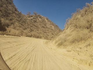 A estrada de chão de terra solta não ajuda na pilotagem.