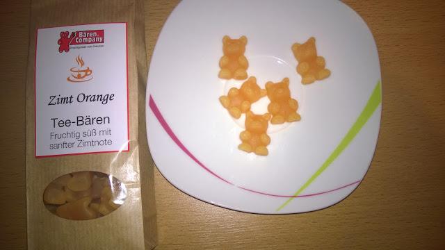 Tee-Bären in der Verpackung und auf dem Teller.
