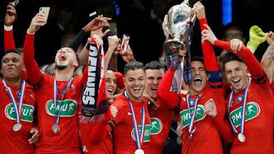 André ergue o troféu da Copa da França pelo Rennes (Foto: REUTERS/Charles Platiau)