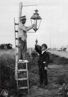 Farolero encendiendo el último farol a kerosene de Buenos Aires, 1931