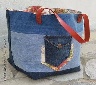 Sac Cube en jeans recyclés montés façon patchwork horizontalement ou verticalement suivant le coté du sac, surpiqures rouge , passepoil en rappel sur un coté extérieur, poche extérieure récupérée sur un jeans avec rappel du tissu intérieur, intérieur coton fleuri, Anses en cuir rouge véritable rivetées mains, poche intérieur en jeans.  Dimensions : 30 x 30 x 32 cm.Sac Cube en jeans recyclés montés façon patchwork horizontalement ou verticalement suivant le coté du sac, surpiqures rouge , passepoil en rappel sur un coté extérieur, poche extérieure récupérée sur un jeans avec rappel du tissu intérieur, intérieur coton fleuri, Anses en cuir rouge véritable rivetées mains, poche intérieur en jeans.  Dimensions : 30 x 30 x 32 cm.