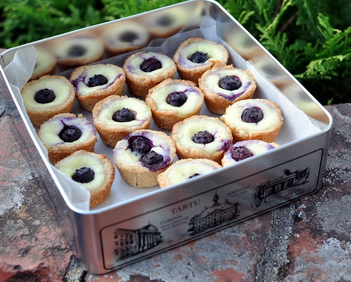Mini Blueberry Tarts ♥ KitchenParade.com, a press-in crust, no mixer required. Super easy!