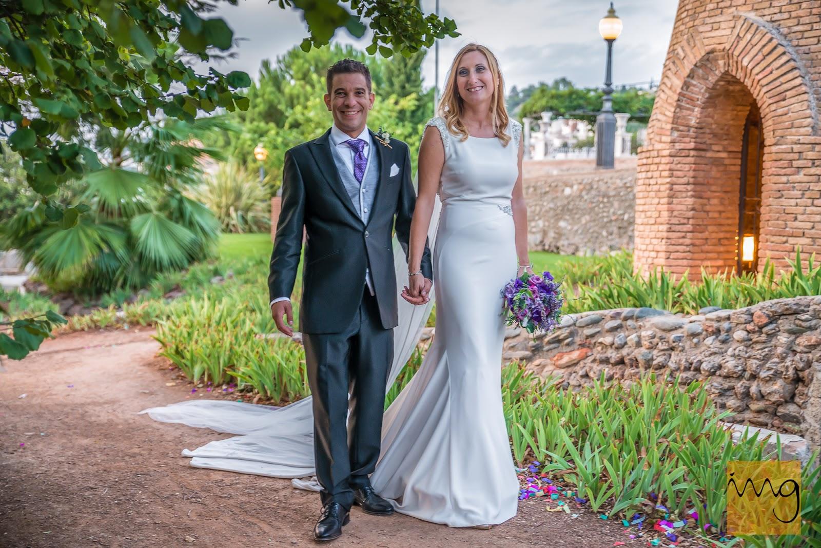 Fotografía de los novios paseando por los jardines del lugar de la celebración de la boda