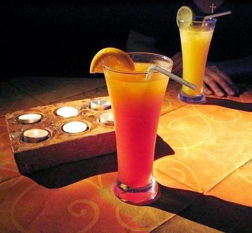 Keruk bab dalam buah markisa dengan sendok 8 Resep Minuman Segar Pelepas Dahaga
