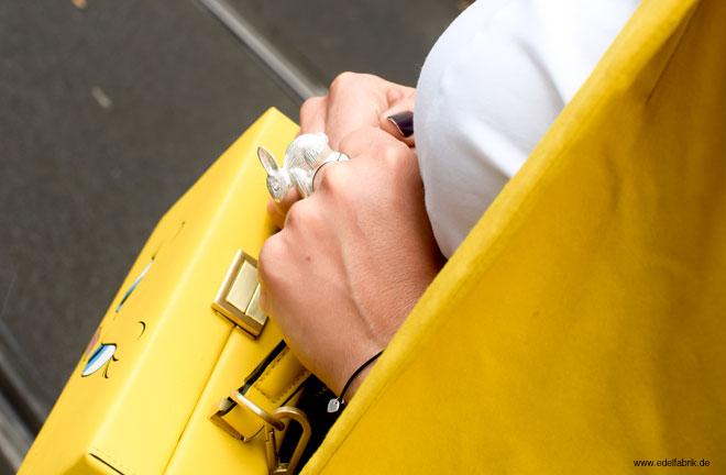 Lackleder richtig stylen, gelbe Tasche