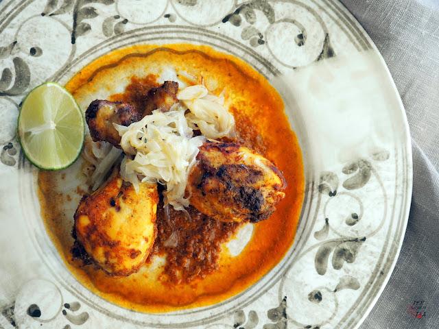 Pollo asado al horno macerado en una mezcla de yogur y especias, conocida como tandoori masala