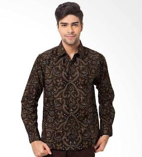 Gaya pakaian kemeja batik cowok trend terbaru