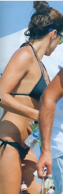 Ο φωτογραφικός φακός του περιοδικού «Hellο» εντόπισε τη δημοσιογράφο σε  beach bar στο Πευκοχώρι. Δίχως ίχνος μακιγιάζ 7b7c0a50de7