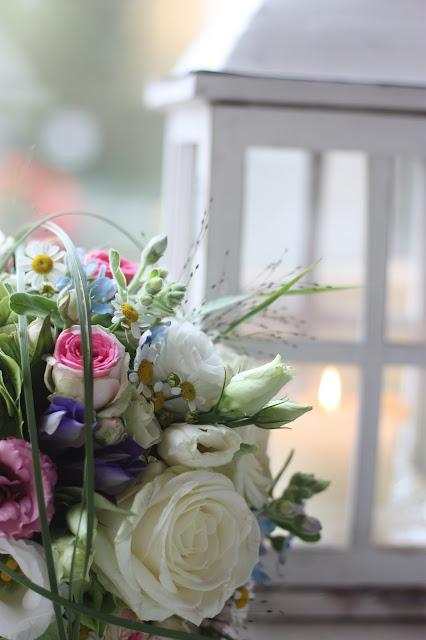 Bunter Wiesenblumenbrautstrauß in Pastell Frühlingsdekoration Herbsthochzeit mit bunten Wiesenblumen im Hochzeitshotel Garmisch-Partenkirchen Riessersee Hotel Bayern, heiraten in den Bergen