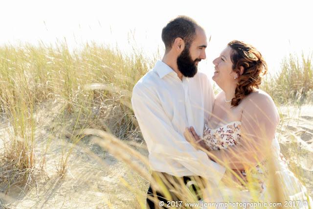 photo mariés qui se regardent dans les dunes côte atlantique océan