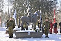 Kaitseliidu rivistus Viljandis kindral Laidoneri ratsamonumendi ümber.