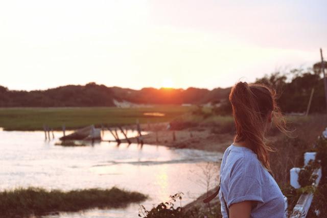 Läuferin schaut auf einen See