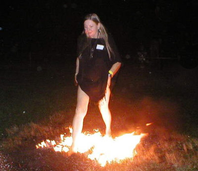 Mulher andando sobre o fogo