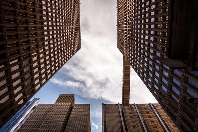 Многоэтажные здания снизу
