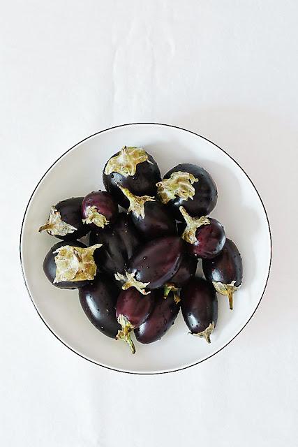 Mini-Auberginen, knackfrisch. Für: Mini-Auberginen mit geräuchertem Mozzarella aus der Tajine | Arthurs Tochter kocht. Der Blog für Food, Wine, Travel & Love von Astrid Paul