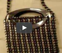 http://mundo-manualidades.com/bolsos-y-correas-con-anillas-de-latas.html