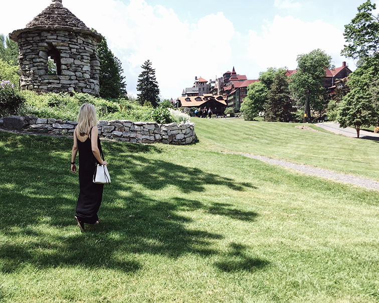 heleneisfor in mohonk, jcrew maxi dress, longchamp bucket bag