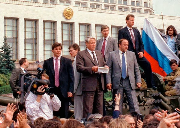 Борис Ельцин на танке. 1991 год, Москва.