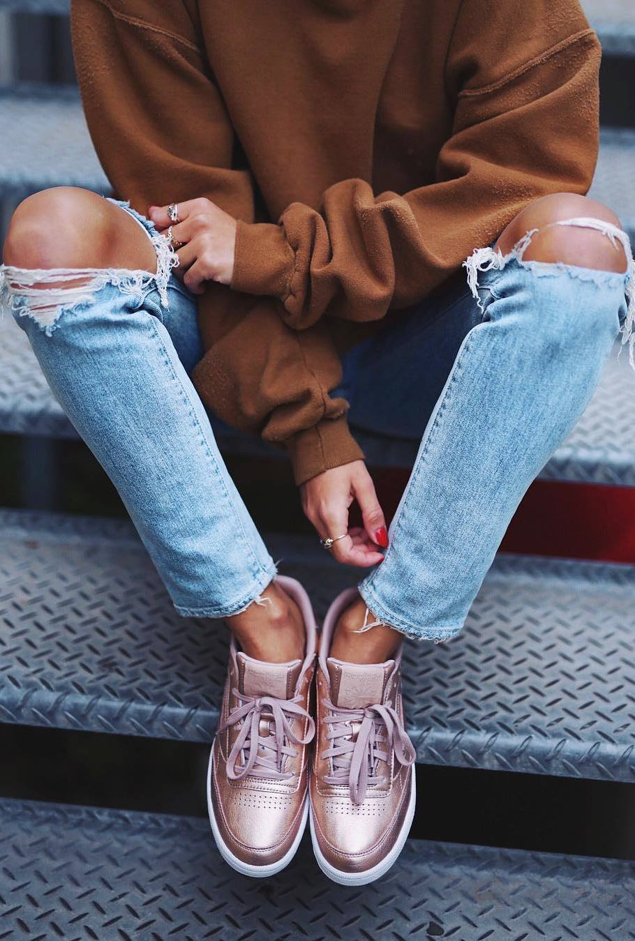 fall casual outfit / brown sweatshirt + rips + sneakers