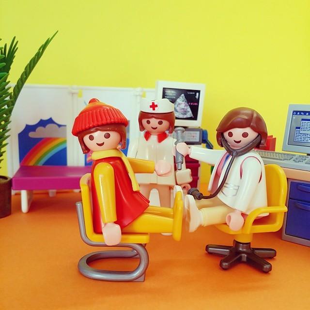 miniaturas Playmobil de enfermeiro, paciente e médico