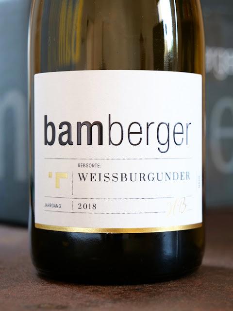 Weißburgunder aus dem Wein- und Sektgut Bamberger mit neuem Etikett.