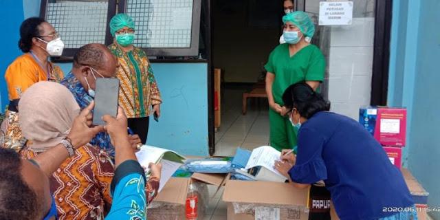 Yunus Wonda dan Juliana Waromi Serahkan Bantuan APD dan Alkes Kepada Labkesda Papua