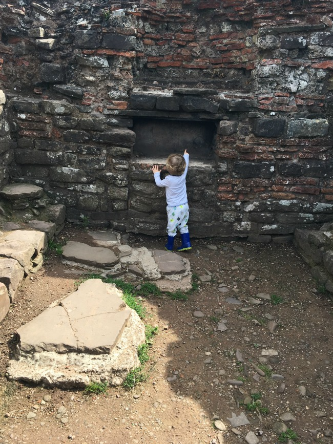 Caerleon-the-roman-fortress-of-isca-a-toddler-pointing-at-chimney