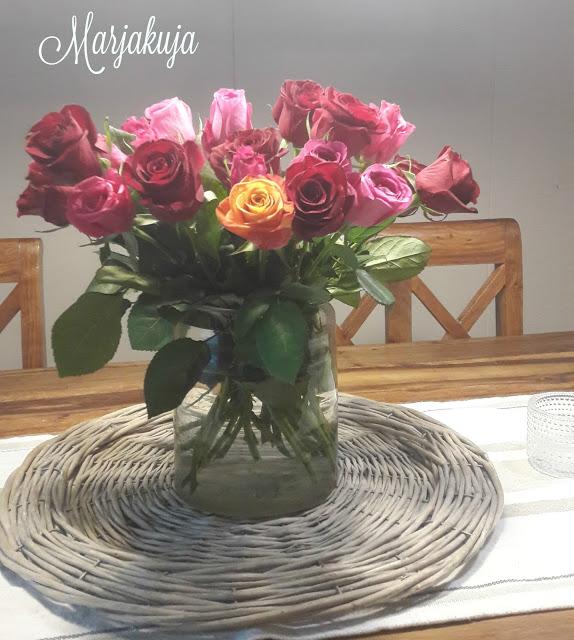 ruusukimppu lasitonkassa