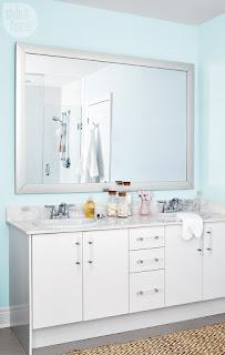 bagno con parete azzurra immagine