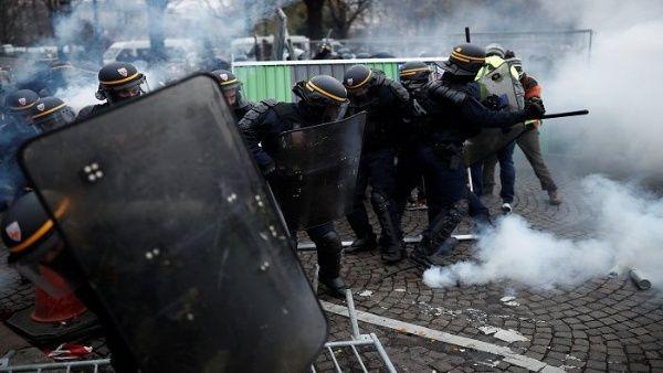 Pueblo francés es reprimido en nuevas protestas por alza de gas