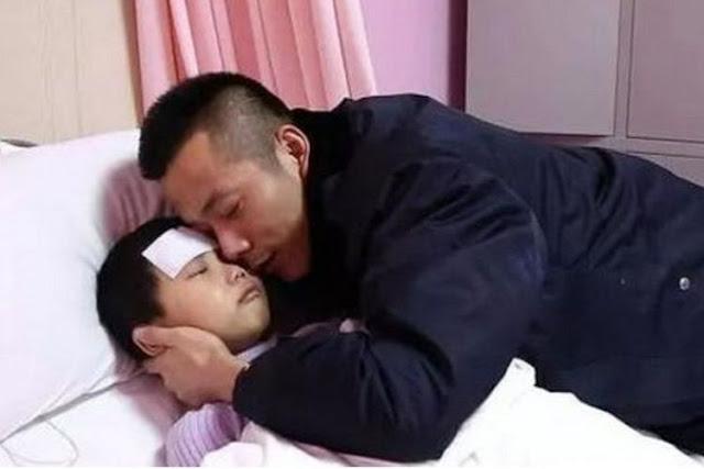 """""""Jika Saya Meninggal, Ibu Pasti Kembali dan Ayah Akan Bahagia"""" - Foto: Zhang Jiaye (7), terbaring di ranjang rumah sakit dan dipeluk ayahnya."""