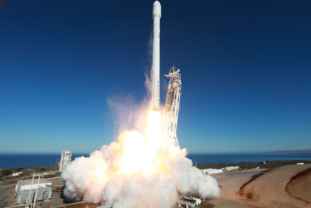 SpaceX Falcon 9 Lifting Off