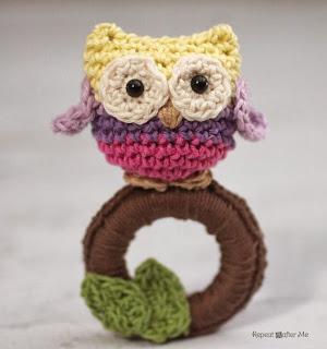 http://translate.googleusercontent.com/translate_c?depth=1&hl=es&rurl=translate.google.es&sl=en&tl=es&u=http://www.repeatcrafterme.com/2014/03/crochet-owl-ring-baby-toy.html&usg=ALkJrhiZLdQII5RI6FMrbK2Jfu6KN31oMw