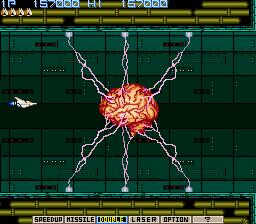 Captura de pantalla de Nemesis (Konami, 1985). Se muestra a nuestra nave disparando a un jefe final