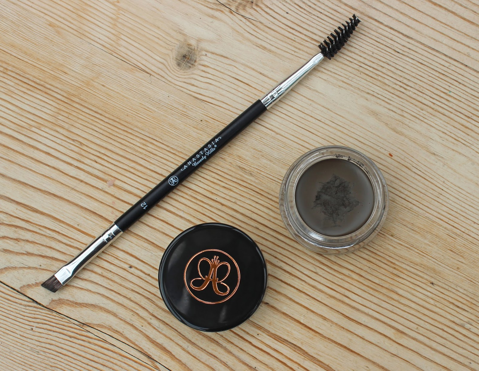 beauty le chic new brow hero anastasia beverly hills dipbrow pomade. Black Bedroom Furniture Sets. Home Design Ideas