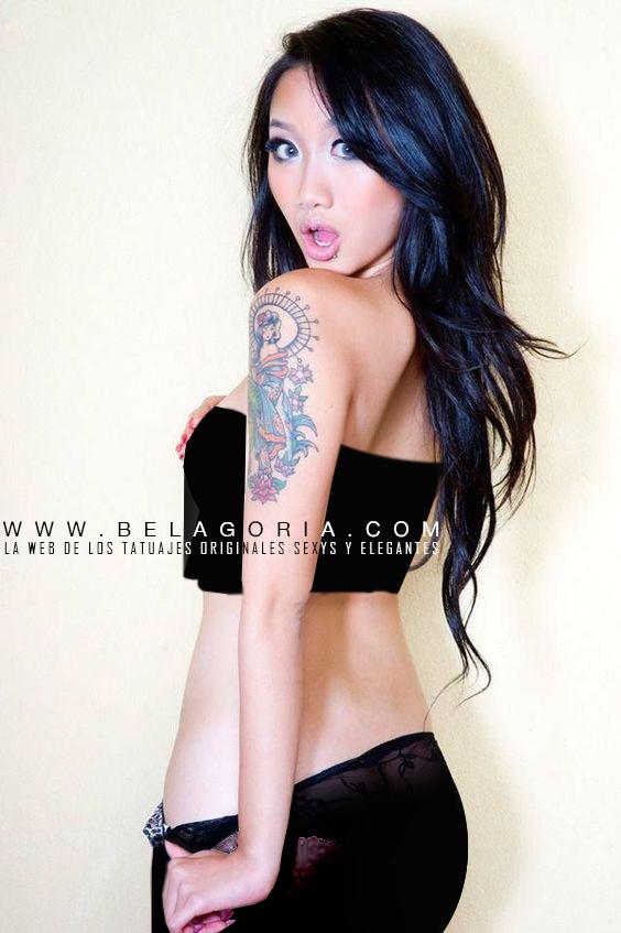 foto de una asiatica tatuada con cara de sorpresa